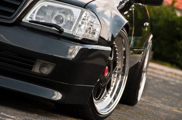 Mercedes SL500: schwarz, breit, stark!: Prall gefüllte Radhäuser und edeles Design bestimmen das Auftreten dieses SL 500. (Bild 6)