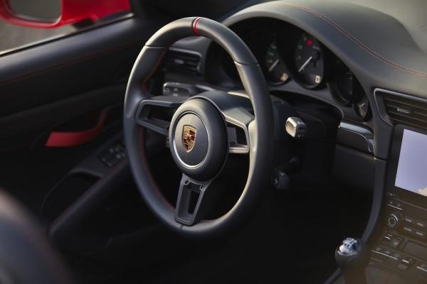 Freiluft-Vergnügen mit 510 PS: Der Porsche Speedster weiß wie's geht: Hommage an den legendären Ahnen Porsche 356 Speedster: Die schwarz gehaltenen Zifferblätter mit weißen Zeigern und grünen Zahlen. (Bild 7)