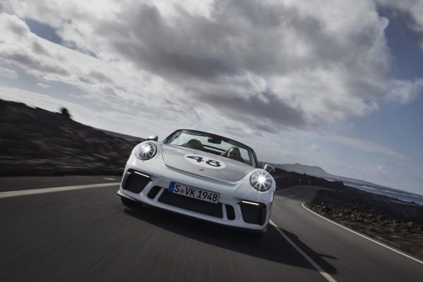 Freiluft-Vergnügen mit 510 PS: Der Porsche Speedster weiß wie's geht: Bereits im Rückspiegel unverkennbar: Der Porsche Speedster Heritage Design mit individueller Startnummer. (Bild 9)