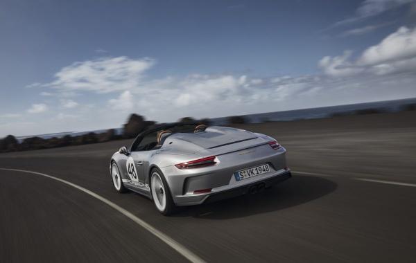 Freiluft-Vergnügen mit 510 PS: Der Porsche Speedster weiß wie's geht: Dank dem riesigen Verdeckkastendeckel hebt sich der Porsche Speedster eindeutig gegenüber seinen Konzernbrüdern ab. (Bild 11)