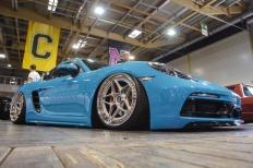 Miami Blue: Porsche Cayman S am Boden