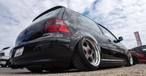 Schwarz, tief, geil: VW Golf IV am Boden    Bild 815948