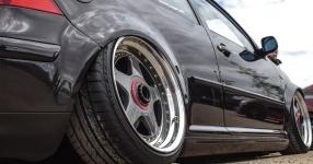 Schwarz, tief, geil: VW Golf IV am Boden    Bild 815949
