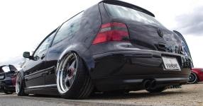 Schwarz, tief, geil: VW Golf IV am Boden    Bild 815953